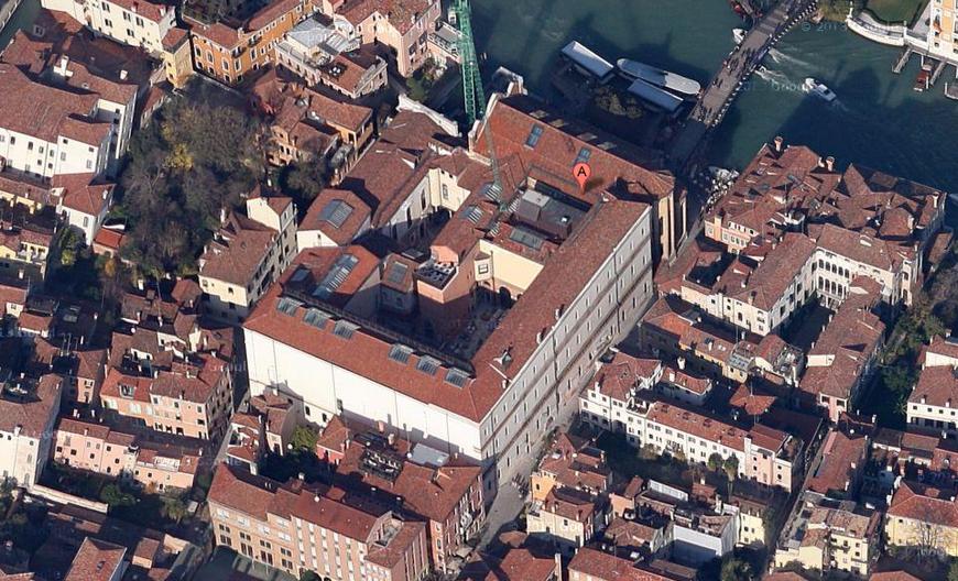 Vista aérea del complejo de la Carità, con la grúa que ha presidido la entrada durante años